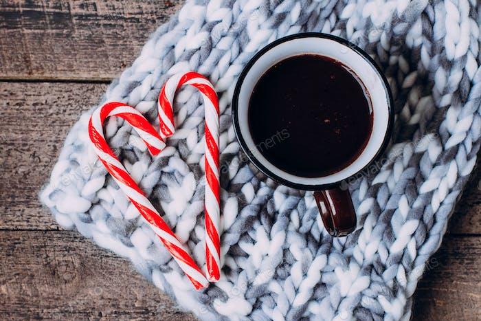 Heiße Schokolade mit Marshmallows und Süßigkeiten-Stick, traditionelles Getränk für den Winter,