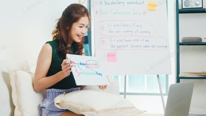Asia mujer profesora de inglés videoconferencia llamada en computadora portátil enseñar en el chat en línea.