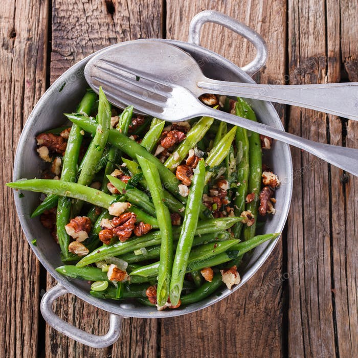 Salad of green beans and walnut
