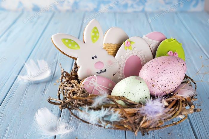 Colorido huevo de Pascua final galletas de Pascua como conejo y huevo en el nido sobre Fondo de madera