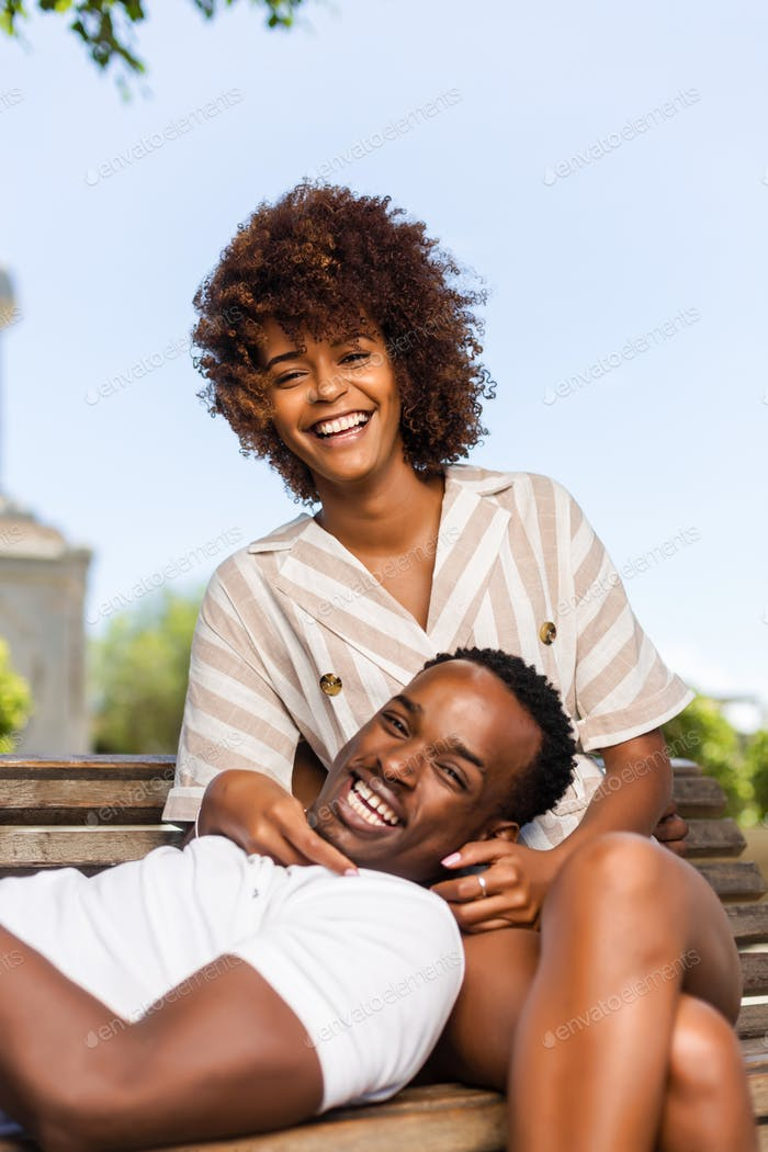 Al aire libre protrait de negro afroamericano pareja abrazando cada