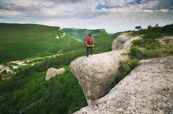 Mann Tourist im Berg