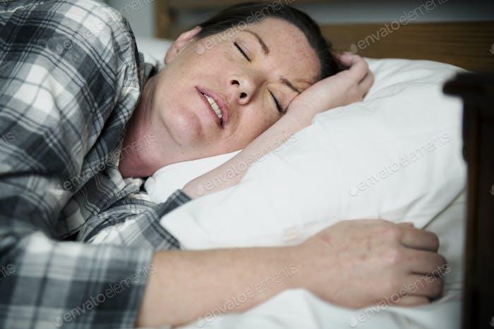 Eine Frau mit Schlafproblemen