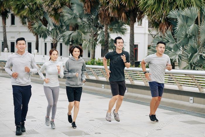 Passen asiatische Freunde zusammen joggen