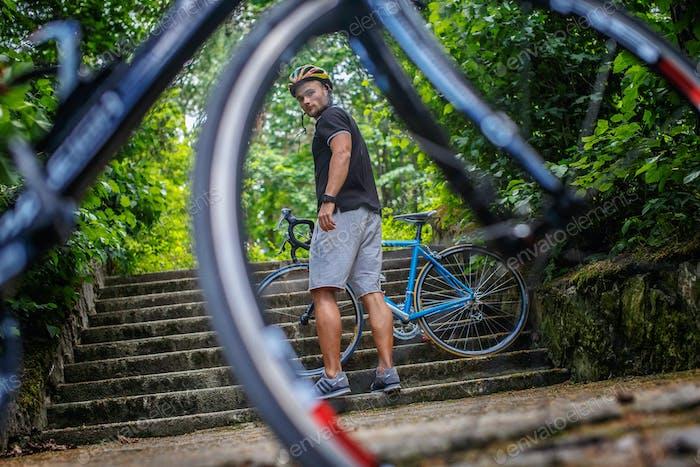 Disparo de ciclista a través de la rueda de la bicicleta.