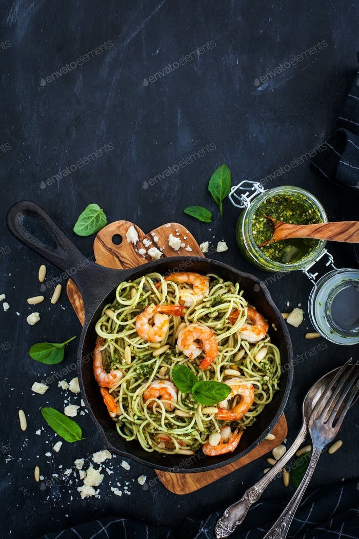 Spaghetti with prawns and homemade pesto sauce