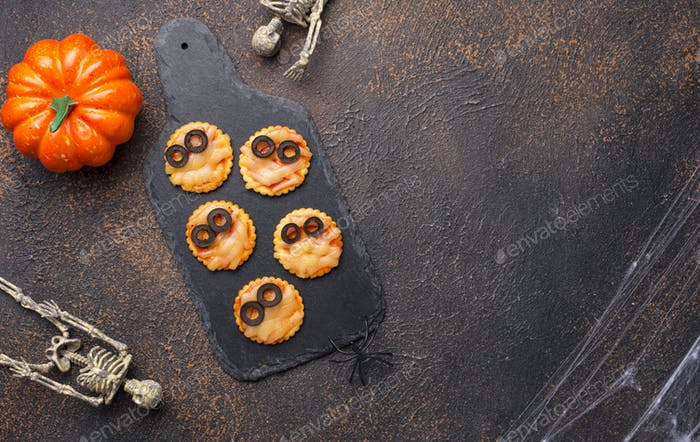 Halloween scary mini mummy pizza