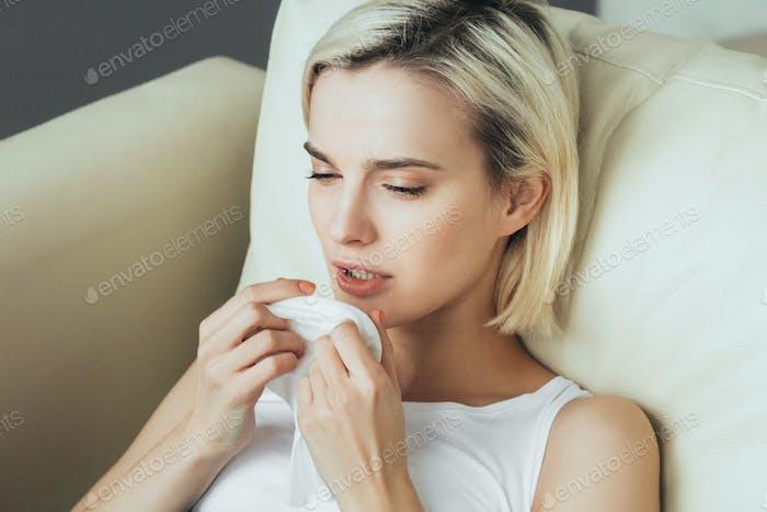 Mujer enferma en la cama. Retrato femenino enfermo en dormitorio