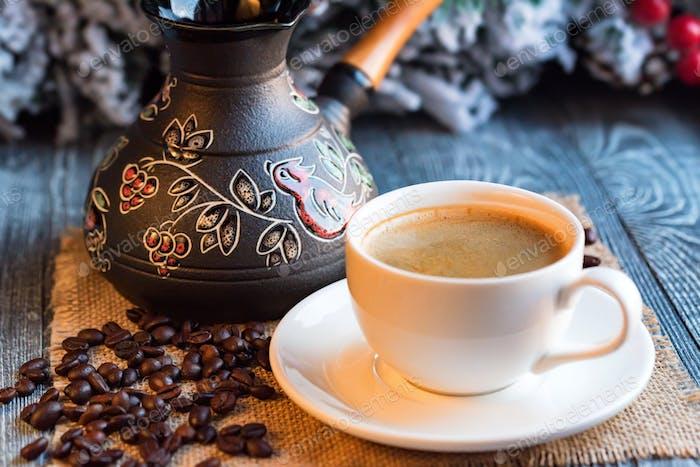 Gemütliche Winterkulisse mit Tasse Kaffee und Cezva