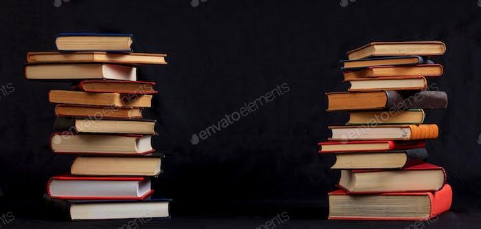 Vintage Bücher Stapel auf schwarzem Hintergrund