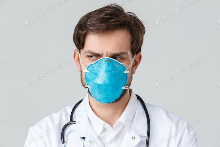 Krankenhaus, Gesundheitspersonal, covid-19 Behandlungskonzept. Nahaufnahme von beunruhigten und betroffenen Arzt