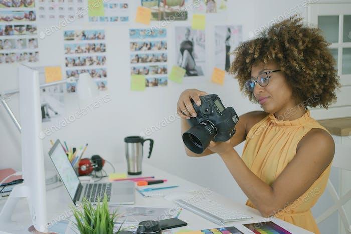 Stilvoller Fotograf am kreativen Arbeitsplatz