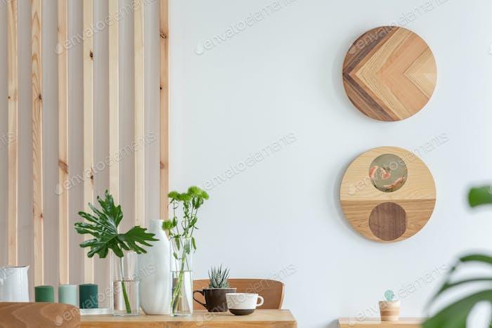 Stilvolles Holzdesign in trendigen skandinavischen Wohnung mit weißer Wand