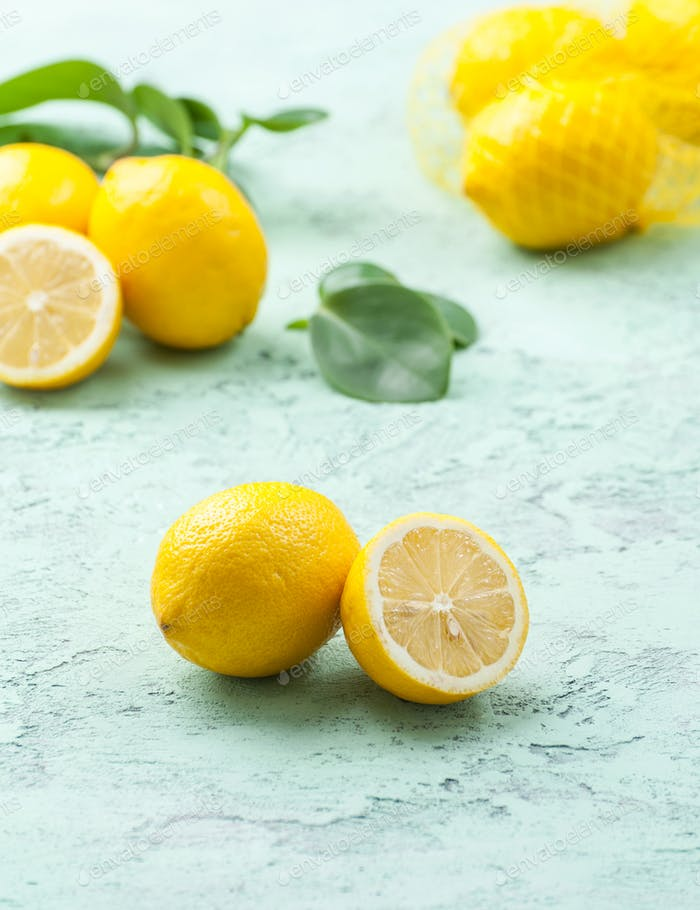 Reife Zitronen mint-blauen Hintergrund.