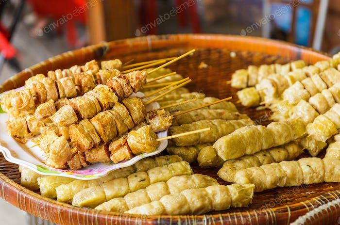 Grillgerichte auf dem Lebensmittelmarkt in Thailand