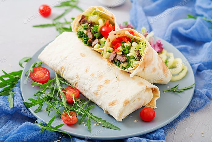 Shawarma from juicy beef, lettuce, tomatoes, cucumbers, paprika and onion in pita bread. Diet menu.