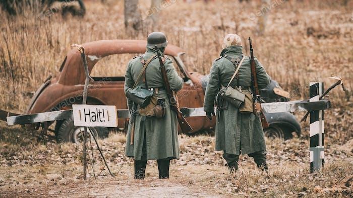 Nicht identifizierte Re-enactors als deutsche Infanterie Wehrmacht so gekleidet