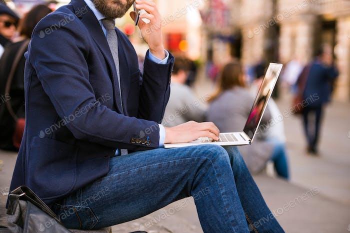 Менеджер с ноутбуком и смартфоном, Piccadilly Circus, Лондон