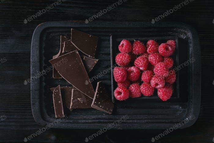 Vielzahl von hacken Schokolade mit Himbeeren
