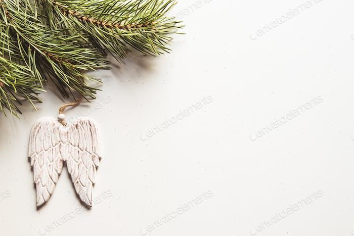 Weihnachts-Engelsflügel Dekoration auf dem weißen
