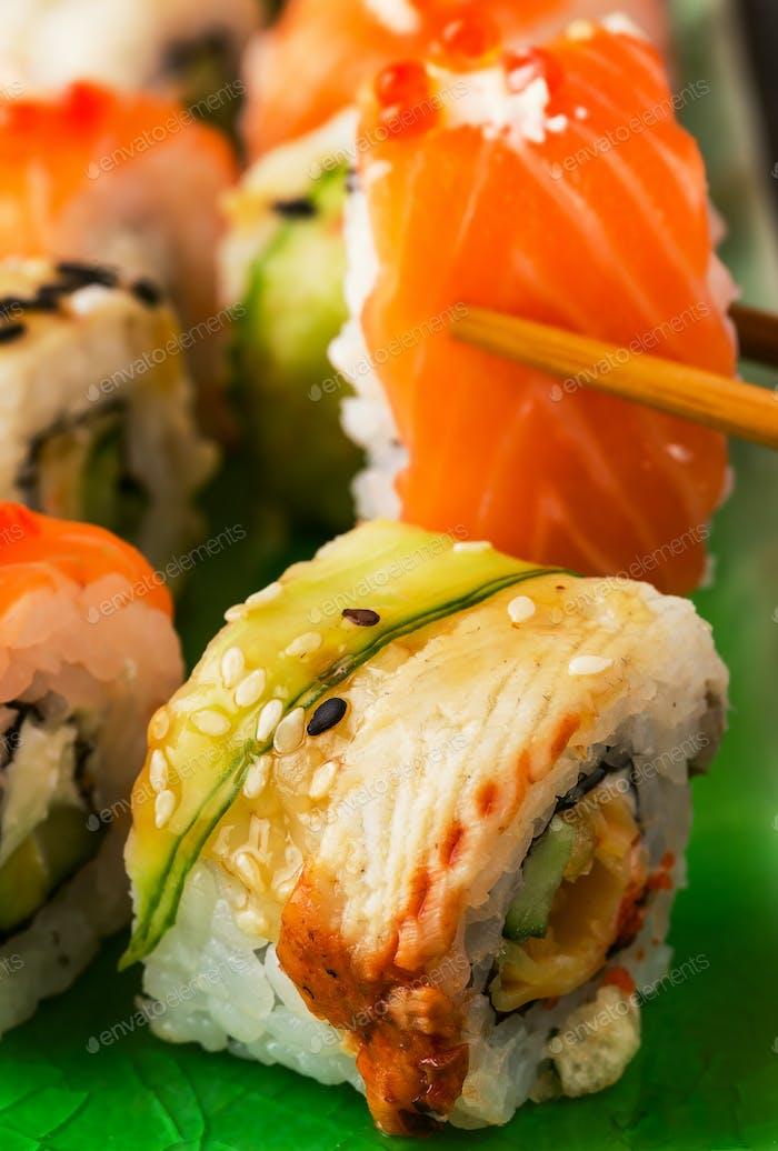 Sushi-Set: Sushi-Rolle mit Lachs und Sushi-Rolle mit geräuchertem Aal.