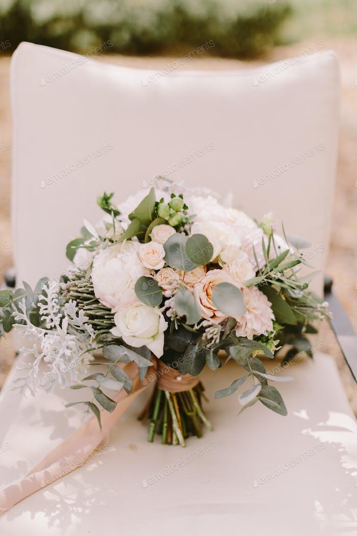 Hochzeitsstrauß mit weißen Pfingstrosen für rustikale Hochzeit