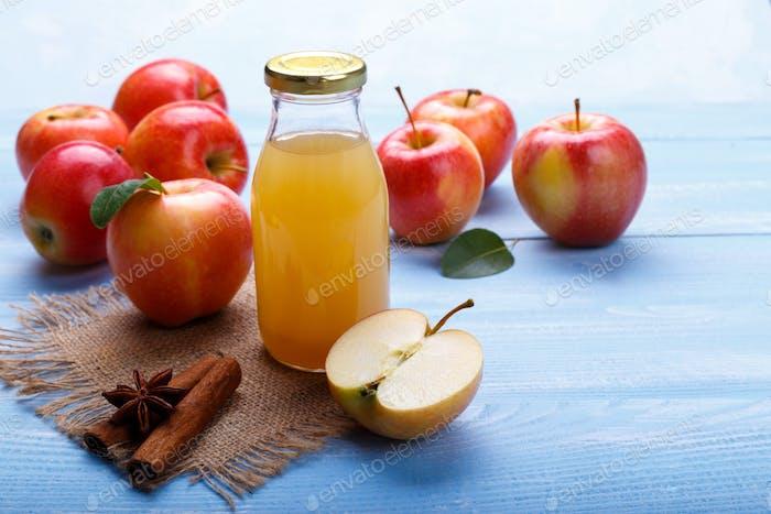 Reife Äpfel und Saft