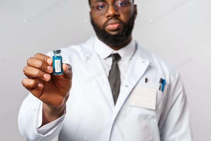 Концепция здравоохранения, медицины и стационарного лечения. Серьезный ученый, афро-американский