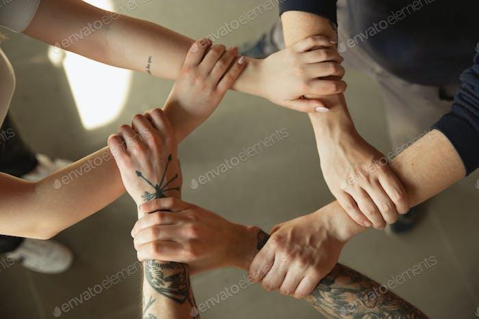 Nahaufnahme von kaukasischen männlichen und weiblichen Händen, gegenseitig abdecken, Team, Freundschaft, Geschäft