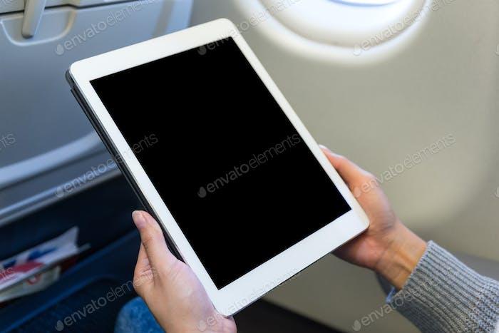 Frau Verwendung der Tablette im Flugzeug