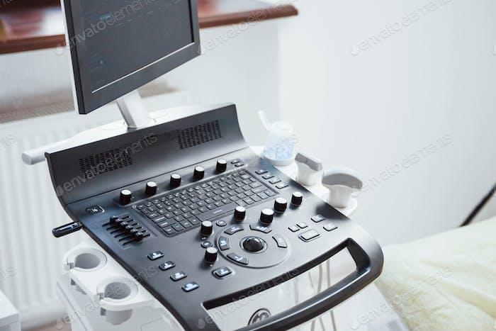 Взгляд на пульт управления ультразвуковым устройством в клинике