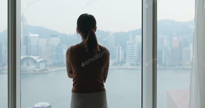 Frau blickt aus dem Fenster