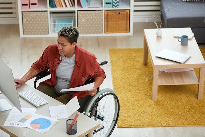Behinderte Geschäftsfrau im Büro
