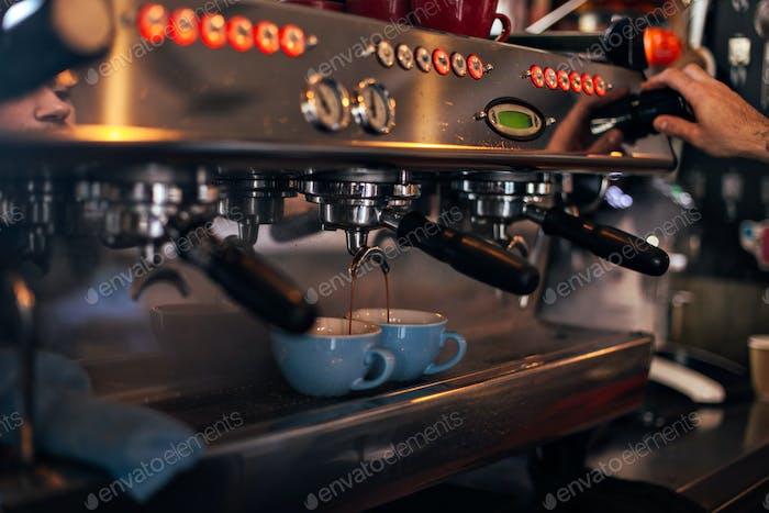 Nahaufnahme einer professionellen Barista-Kaffeemaschine
