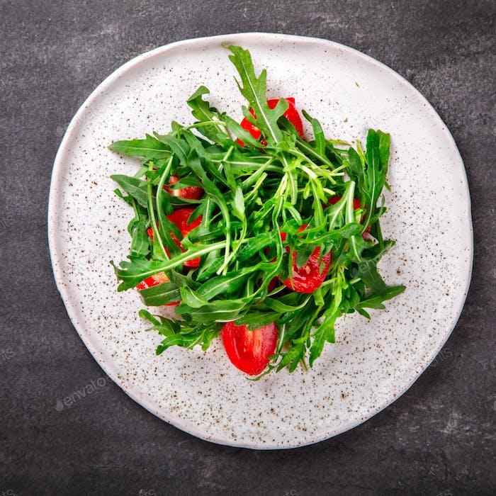 Salat mit Rucola, frische Kirschtomaten