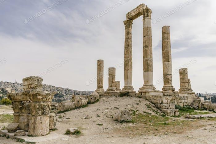 Säulen der Ruine des Tempels des Herkules, Jabal al-Qal'a, Amman Zitadelle. Bögen und Giebel