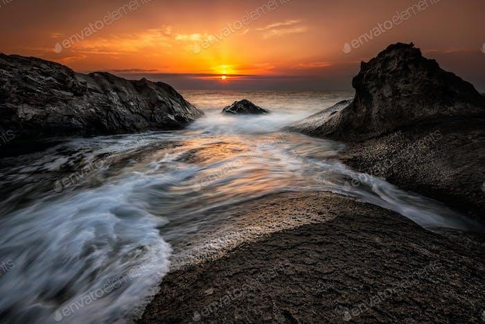 Morgendämmerung unter den Felsen
