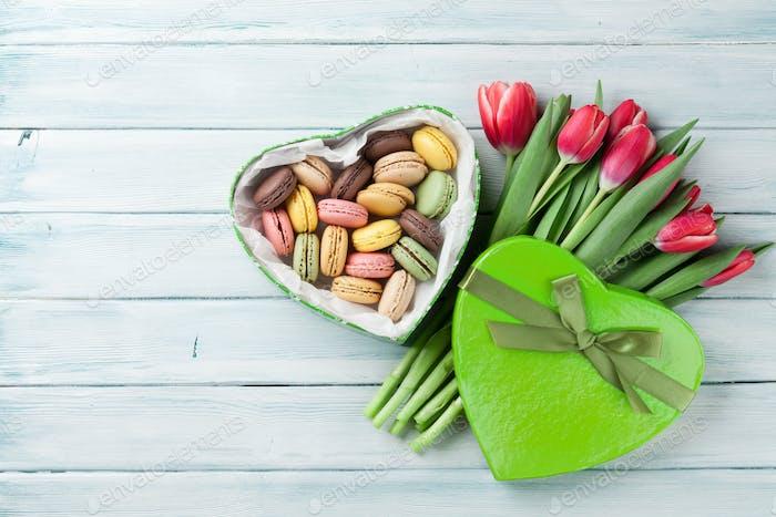 Rote Tulpen und Geschenkbox mit Makronen