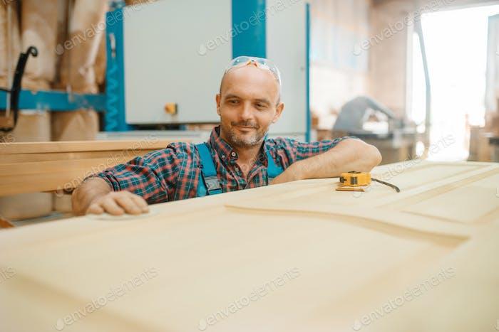 Плотник, производство деревянных дверей, деревообработка