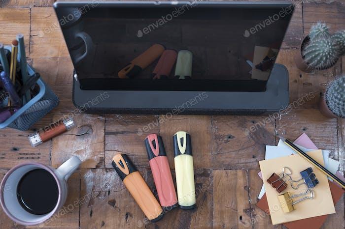 Vista superior de una mesa rústica de madera reciclada. Estación de trabajo. Nadie. Taza de café y tableta