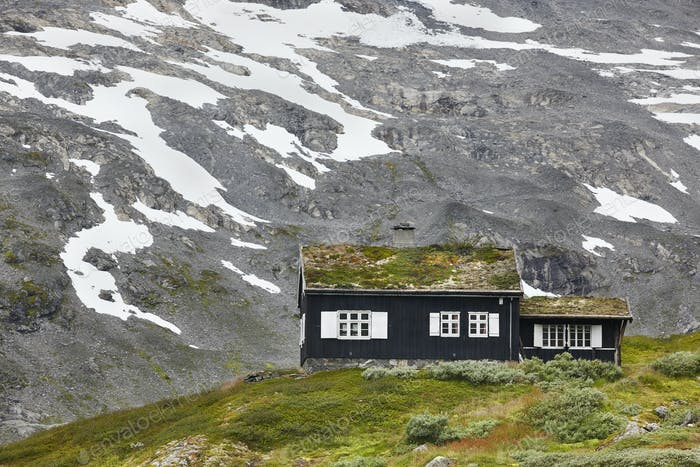 Traditionelle norwegische Berglandschaft mit schwarzem Holzhaus. Reise Norwegen. Horizontal
