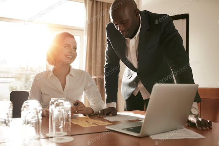Junge Geschäftsleute treffen sich im Konferenzraum