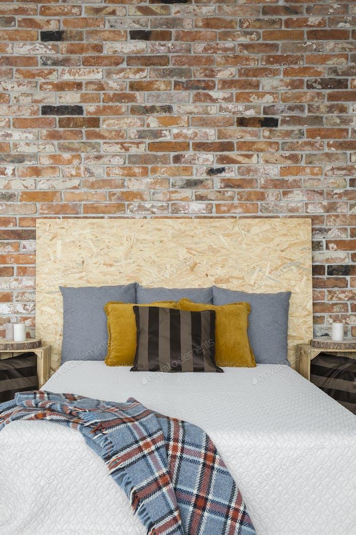 Schlafzimmer mit Ziegelmauer