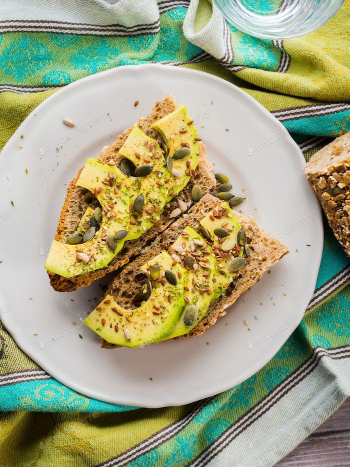 Sandwich de aguacate para merienda saludable con semillas