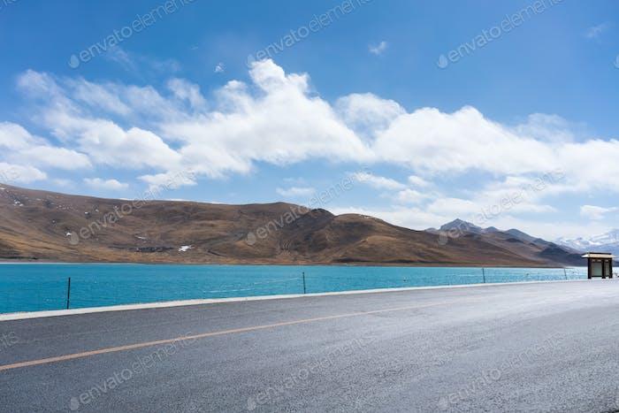 Straße und heiliger See