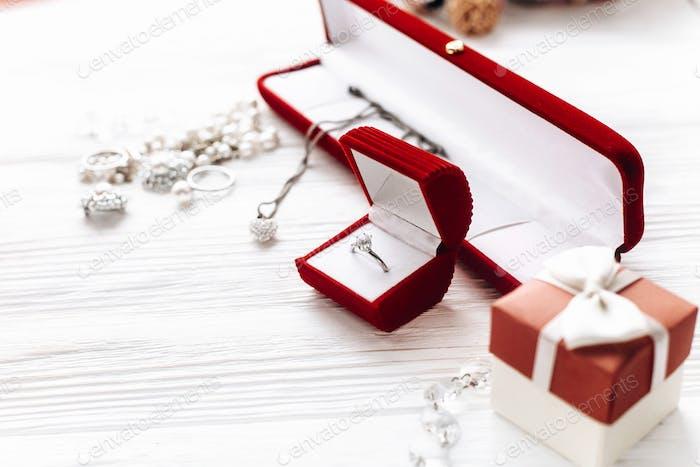 stilvoller Diamantring in roter Geschenkbox und Luxus-Schmuck-Accessoires