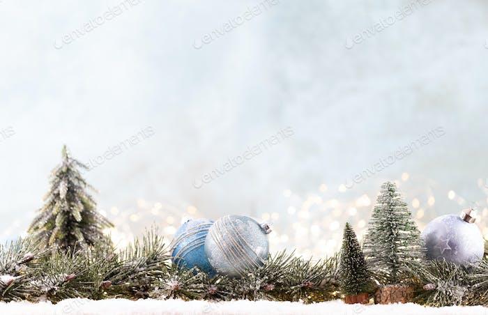 Weihnachtsschmuck mit Lichterkette auf blauem Hintergrund.