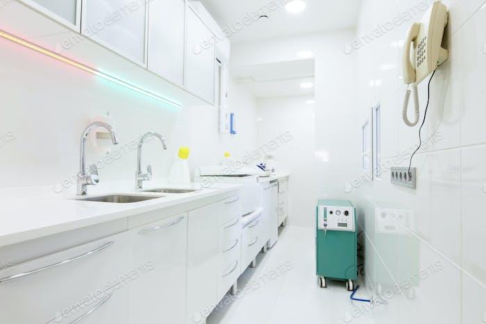Raum für Desinfektionswerkzeuge für die Zahnmedizin, weißes Interieur