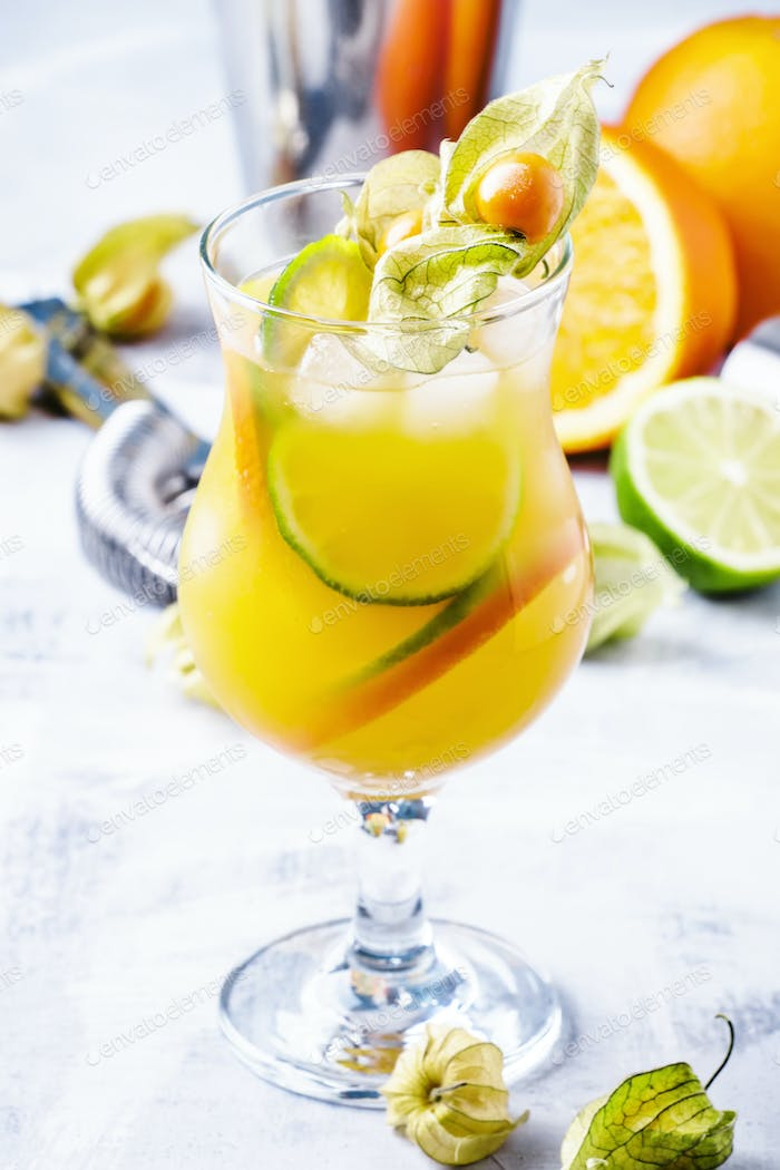 Cocktail mit Orange und Limette