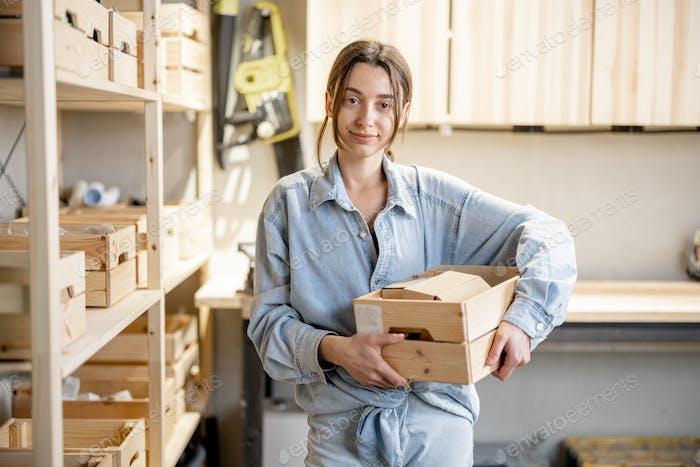 Mujer con una caja de herramientas en el taller